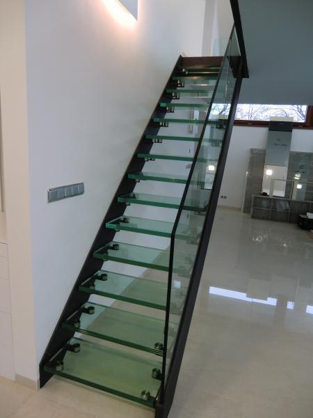 Skleněné schody z pochozího skla od společnosti ACERA SKLO s.r.o.