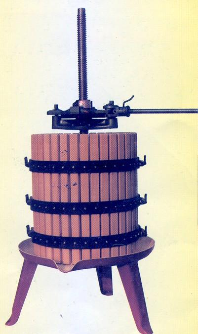 Ruční lis s rohatkou na lisování hroznů - vinařská technologie