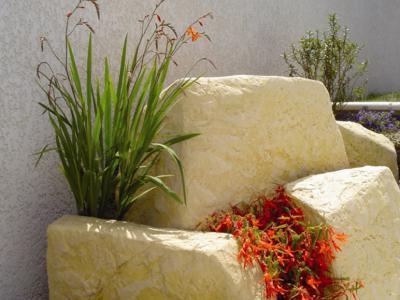 Květinová výzdoba na fasádách budov, mostech, zábradlích