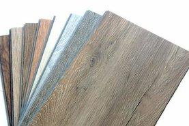 Vinylová podlaha v různých dekorech dřeva a kamene