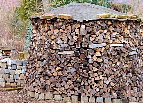 Zásoby vyschlého palivového dřeva na vytápění