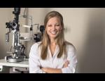 Měření zraku optometristou pomocí refraktometru a dioptrických sklíček