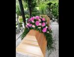 Pohřební obřady s květinovou výzdobou, rakve, urny, kříže, hřbitovní vázy a lampy