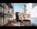 Firma Pavel Páleníček provádí práce s minibagrem při zemních a terénních úpravách