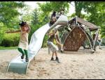 Dětská hřiště Berliner Seilfabrik a HAGS se skluzavkami, kolotočem, houpačkami, prolézačkami