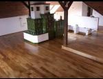 Kvalitní dubová podlahová prkna v čistě přírodní struktuře, výroba a pokládka