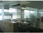 Skleněné stěny a příčky v mnoha provedeních, prosklené dveře a zrcadlové stěny