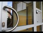 Hliníková okna a dveře pro rodinné domy i průmyslové budovy, elegantní a bezpečné řešení
