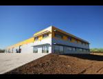 Haly a ocelové konstrukce, prostory pro průmysl, zemědělství, ale i autosalony nebo kanceláře