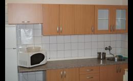 Ubytování v pokojích s WC a sprchou, kuchyňka na patře