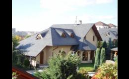 Střecha u rodinného domu s podkrovím a střešními okny
