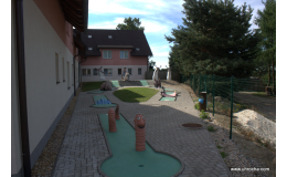 Minigolf, tenisový kurt hotelu U Hrocha na Vysočině