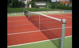 Vybavení tenisového kurtu - sítě, sloupky, hrabla