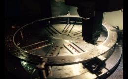 Vertikální soustružení kovových dílů na Karuselu