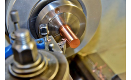 Moderní strojní vybavení pro obrábění kovových dílců