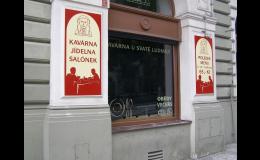 Klasický reklamní panel na fasády domů