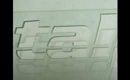 Logotyp vyřezaný vodním paprskem do plexiskla