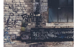 Odstranění graffiti z fasády domu tlakovou vodou a chemickými přípravky