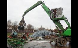 Nakládání kovoštrotu do přistaveného kontejneru