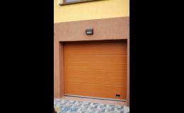Spolehlivá garážová sekční vrata v imitaci dřeva