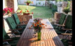 Posezení pro hosty na zahradě Vinařství Neuman ve Valticích