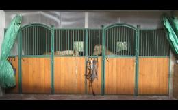 Vnitřní box pro koně s čelní stěnou Komfort