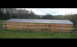 Výroba přístřešků pro koně s pevnou střechou