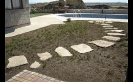 Přírodní kamenná dlažba ručně štípaná na zahradní nášlapy