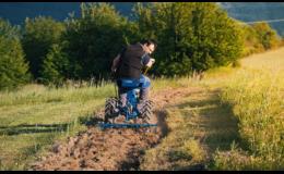 Malotraktor AGZAT s příslušenstvím ke zpracování půdy i setí brambor