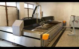 Přesné dělení materiálů vodním paprskem nabízí ISOTRA a.s. Nástrojárna Opava