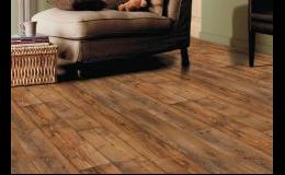 Laminátová plovoucí podlaha v dekoru dřeva
