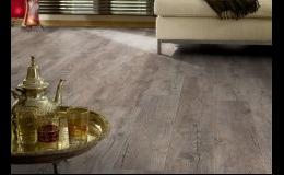 Vinylové podlahy imitující dřevo a kámen