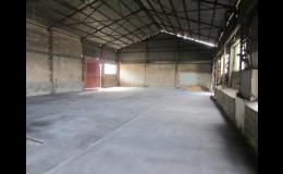 Litá asfaltová podlaha v hale pro skladování obilovin