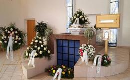 Kremace s obřadem ve smuteční síni, květinová výzdoba, hudba