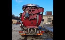 Vybavené vozidlo pro čištění a opravy kanalizací