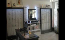 Výběr brýlových obrub přímo na prodejně