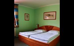 Dvoulůžkové pokoje s přistýlkou, TV, lednicí, klimatizací, koupelnou
