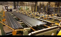 Odstraňování otřepů tyčí na lince SÚLT v Třineckých železárnách