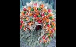 Vánoční vazba z prostějovského květinářství