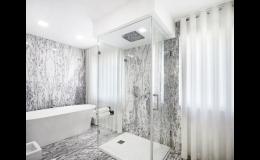 Skleněné obklady koupelen od firmy Grafické sklo