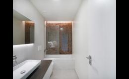 Obklady koupelnových stěn grafickým sklem