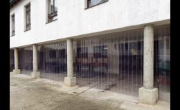 Lamelové PVC clony chránící prostory podloubí