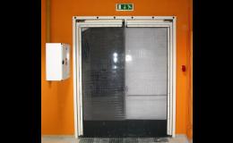 Kyvná vrata s mřížkovaným PVC s okopovou zónou