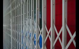 Nůžkové mříže na dveře obchodů, do pasáží, průchodů