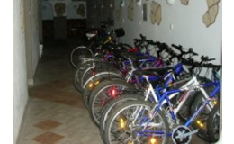 Úschova jízdních kol v prostorách kolárny Penzionu Jordán