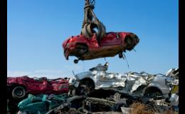 Likvidace automobilových vraků na autovrakovišti