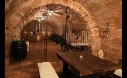 Posezení ve vinném sklepě Penzionu Moravská oáza Valtice
