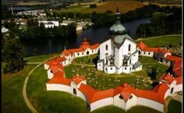 Navštivte poutní kostel sv. Jana Nepomuckého, který je v blízkosti hotelu Zámek Valeč