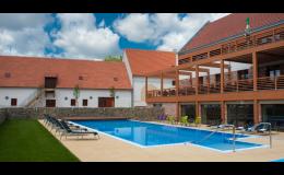 Hotel Zámek Valeč Vám umožní celoroční využití venkovního vyhřívaného bazénu s krásným výhledem