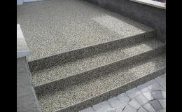 Kamenný koberec z říčních kamínků